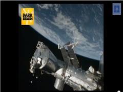 3个碟形或球形不明飞行物体,正在离开地球的轨道,返回宇宙空间。